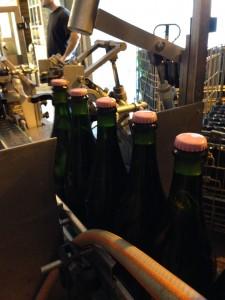 Dernières capsules roses ! Les bouteilles vont ensuite être dosées puis bouchées et muselées (avec la capsule noire de la Cuvée Réservée).
